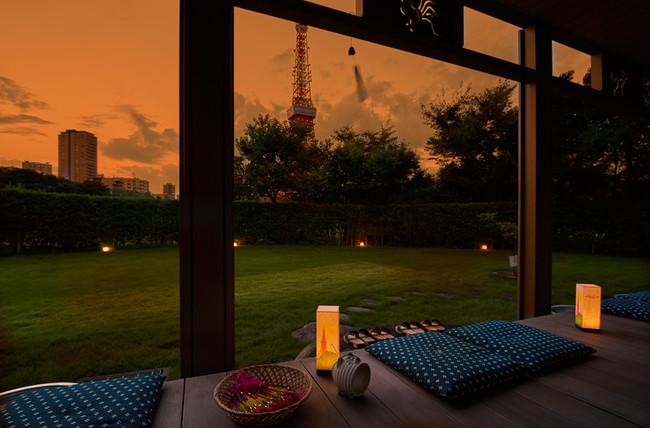 夕暮れ時の縁側ごしの東京タワーイメージ