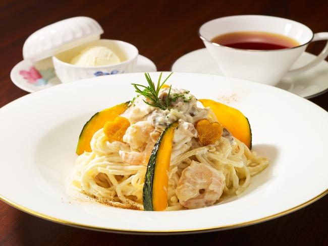 ロビーラウンジ「ポルチーニ茸と海老のクリームスパゲッティ かぼちゃのチップ添え」