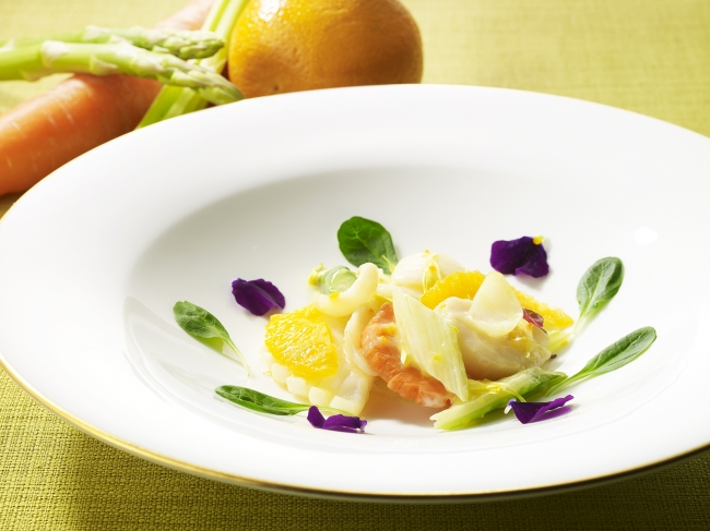 「帆立貝とアオリイカの 菊の花入りオレンジソース炒め」