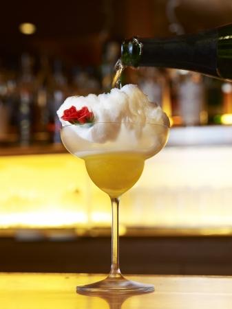 スパークリングワインを注ぐと中から花が現れるカクテル「Cotton Candy Magic」