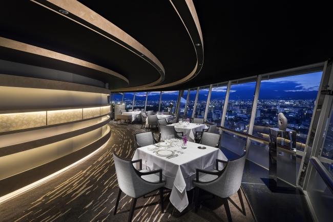 京都で唯一の回転展望レストラン「フレンチダイニング トップ オブ キョウト」店内