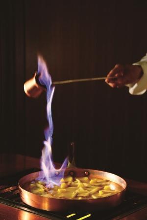 デザートは美しい炎の演出 「フランベサービス」をご用意。