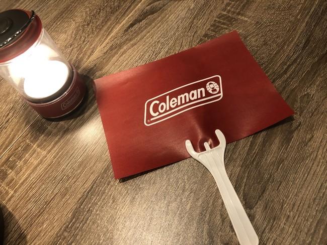 食事中も会話を安心して楽しめる飛沫防止カザオリジナルグッズ「持つマウスガード」はコールマンのロゴ入りでご用意