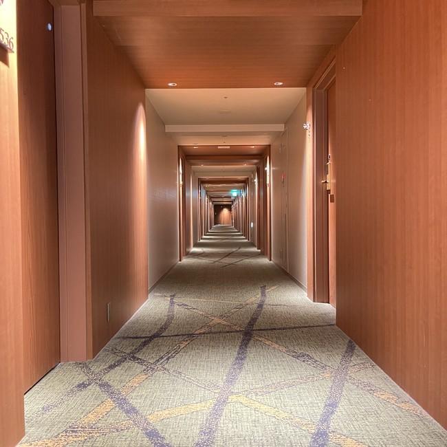 アニメに登場したホテルのモデルとなったリーガロイヤルホテル京都の客室フロア