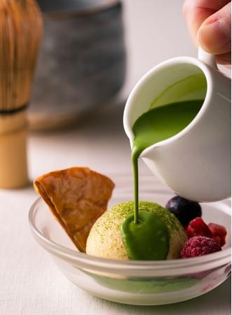 温かい抹茶とバニラアイスクリームのアフォガード(イメージ)