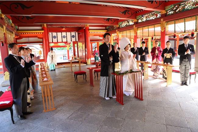 厳かな雰囲気の中、執り行われる結婚式。 おふたりの幸せとご両家の繁栄を祈ります。