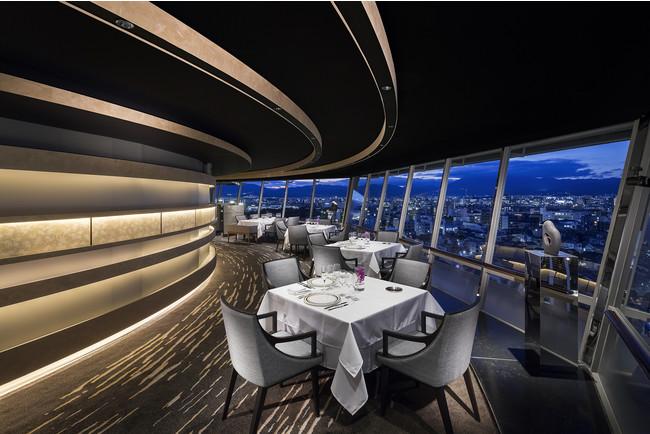 360度京都の夜景を眺めながら、ディナーを堪能できる「フレンチダイニング トップ オブ キョウト」は、プロポーズにぴったりの空間(写真イメージ)。