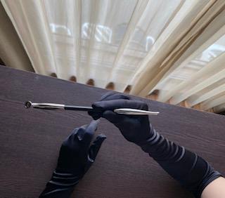 イタリア・ローマで優雅な朝食を愉しめる素敵なレディ気分を写真におさめられる黒手袋とキセルのセットを1日2名様限定で貸出