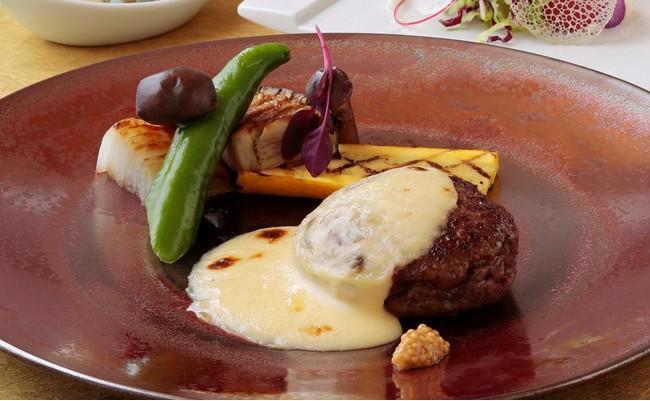 <グルマン橘>黒毛和牛ハンバーグ(150g)の白い煮込み グリュイエールチーズ入りホワイトソース 3,200円