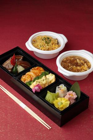 <皇家龍鳳>テイクアウト弁当とオプションのフカヒレスープと五目炒飯のセット