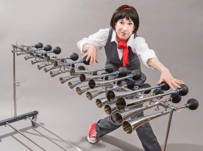 アーティスト名:Michelle Musser(アメリカ) パフォーマンス内容:タクシーホーン演奏、パントマイム