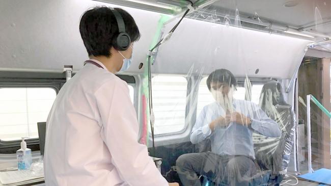 豊田医療センターの発熱外来にてネクステートを用いて診察する様子