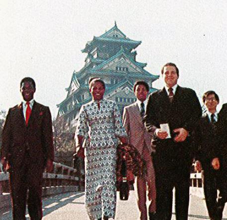1975年 大使一行と大阪城を散策