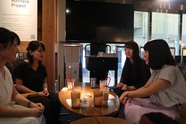 左から音大卒社会人の日比野さん、インタビューをする音大生の町田さん、松長さん、伊藤さん