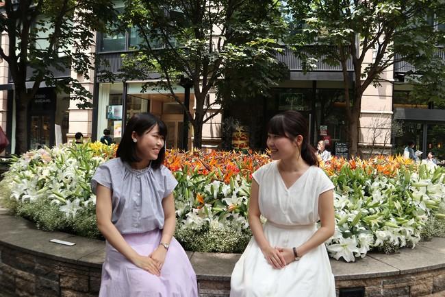 左:インタビューをする音大生の伊藤さん、右:音大卒社会人の日比野さん