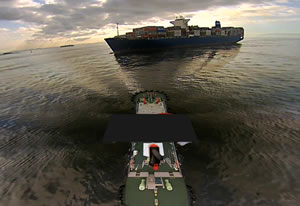 「あさか丸」(手前)と制御対象船を合わせた映像(コンテナ船着岸作業の様子)