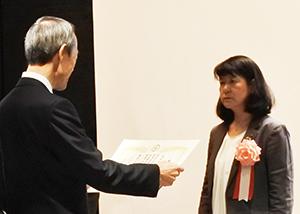 感謝状を授与されるOWW堀口社長