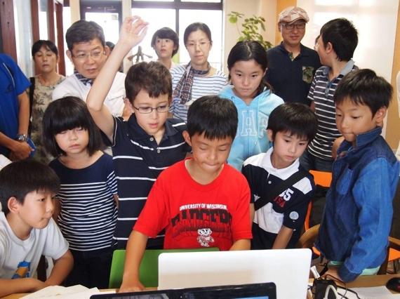 プログラミングに熱中する子ども達