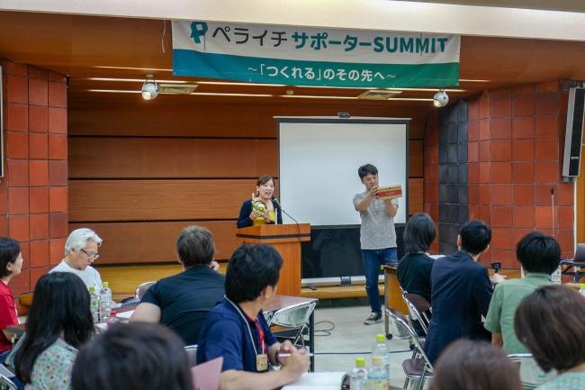商品の説明をする 阿波食品 大塚さん(左)