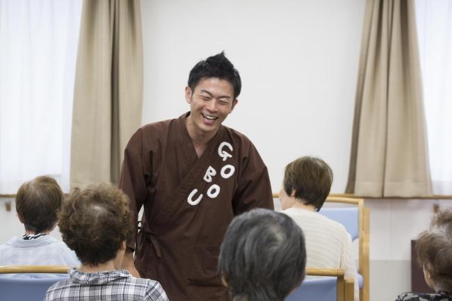ごぼう先生の体操とトークで、高齢者の笑顔があふれます