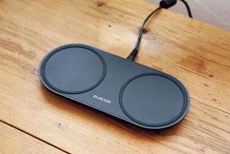 スマホを上日置くだけで簡単充電。デスクがスッキリするのも人気の理由。エレコム ワイヤレス充電器©石澤義人