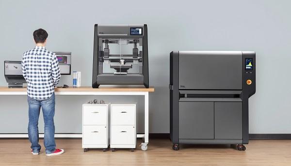 金属3Dプリンタ「Studioシステム」(左)と焼結炉(右)