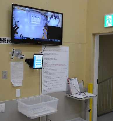 写真中央のiPadで操作し、顔認証と手荷物の撮影を行う