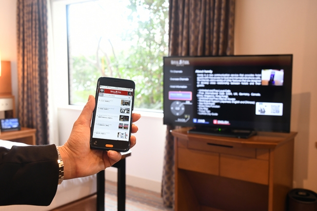 TV画面のQRコードを通じて情報を持ち運び観光へ。