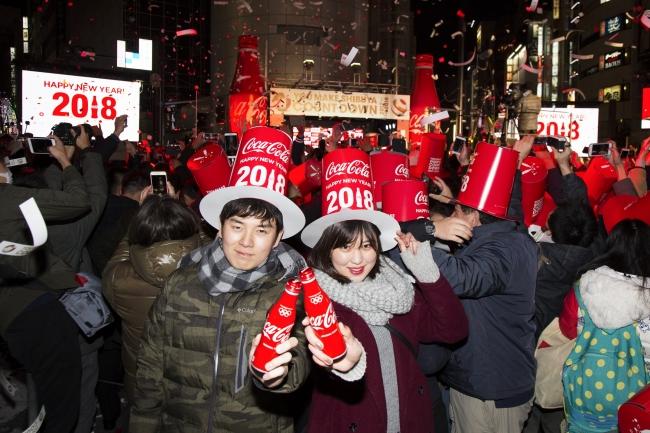 新年を乾杯で祝福するカップル