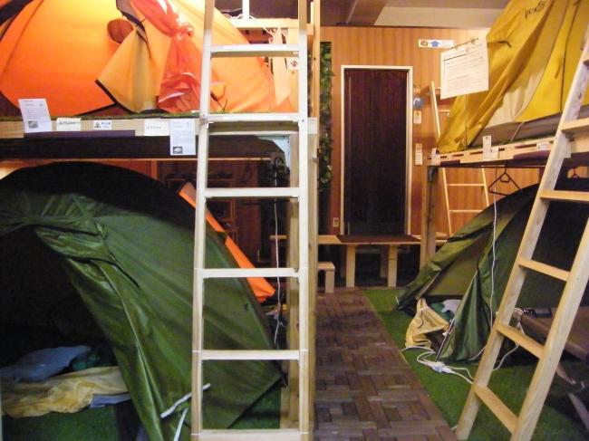日中は登山用のテントのショールームを兼ねる宿泊スペース