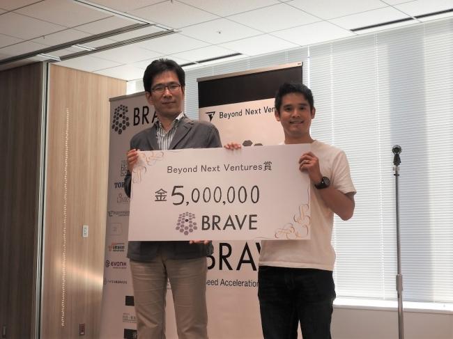 最優秀賞含む計3賞を受賞した内視鏡画像人工知能診断プロジェクト 代表の多田氏(左)