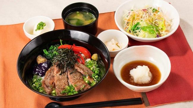 出汁醤油で食べるステーキ丼(味噌汁、漬物、ミニサラダ、豆腐小鉢付き)
