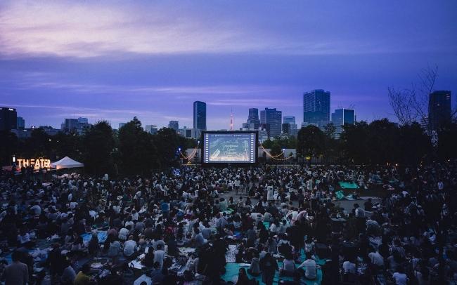都会の夜景をバックに映画を楽しめる「品川オープンシアター」を10月も開催!