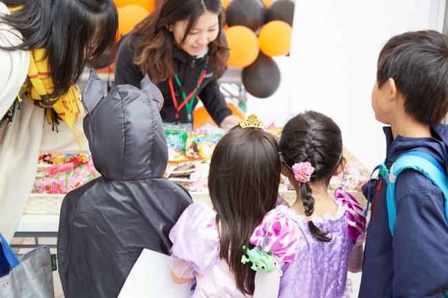 「TRICK OR TREAT」お菓子をもらう子供たち(昨年の様子)