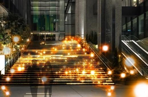 光の波が美しい大階段(写真:イメージ)
