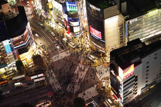 ▲「SHIBUYA SKY」屋上からの眺望(スクランブル交差点・夜)