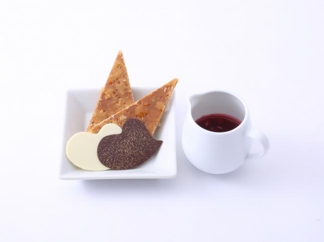 ハート型のチョコや三角形のパイ、ベリーソース