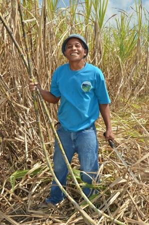 マスコバド糖の生産者(写真:株式会社オルター・トレード・ジャパン提供)