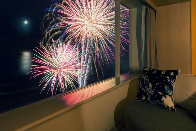 客室で眺めれば目の前にあがる花火を独り占め