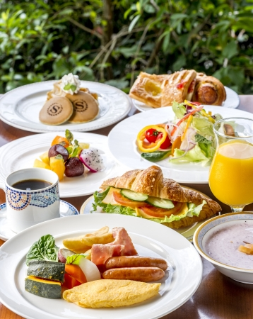 リゾート感あふれる空間で朝食を楽しめる「パインテラス」の朝食ビュッフェ。