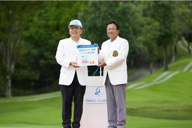 表彰式の様子 左:(株)ファンケル 代表取締役 社長執行役員 CEO 島田和幸 右:(公社)日本プロゴルフ協会 会長 倉本昌弘