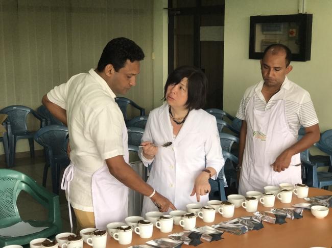ルンビニ茶園のウディカ氏・チャミンダ氏と、  カレルチャペック紅茶店オーナー山田詩子