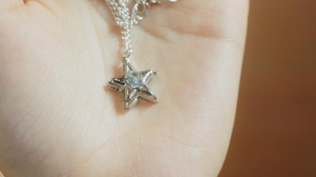 子供の頃彼から贈られたおもちゃの星のネックレス