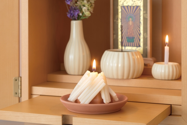 素焼きのお皿の上のおがらをローソクでリアルに再現した「迎え火・送り火ローソク」
