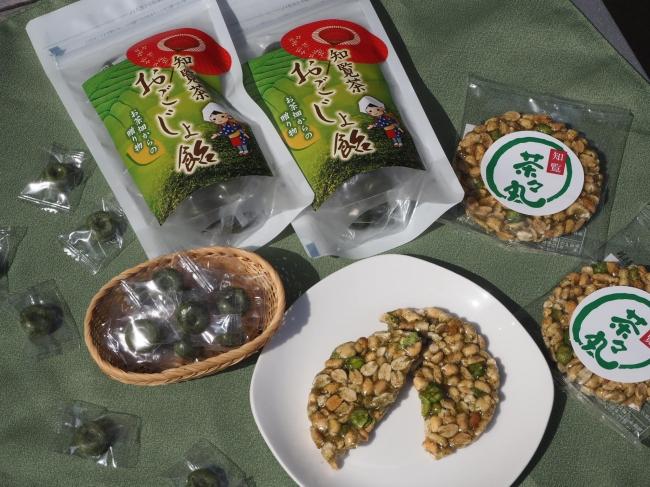 特産の知覧茶を使ったお菓子 「知覧茶おごじょ飴」 400円税別(左)と 「茶々丸グリンピー」 240円税別(右)