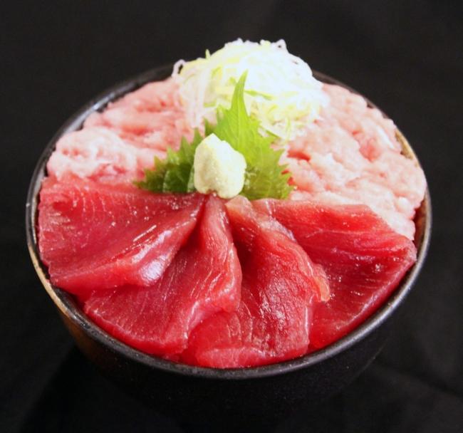 ランチタイムには全11種もの海鮮丼が楽しめる