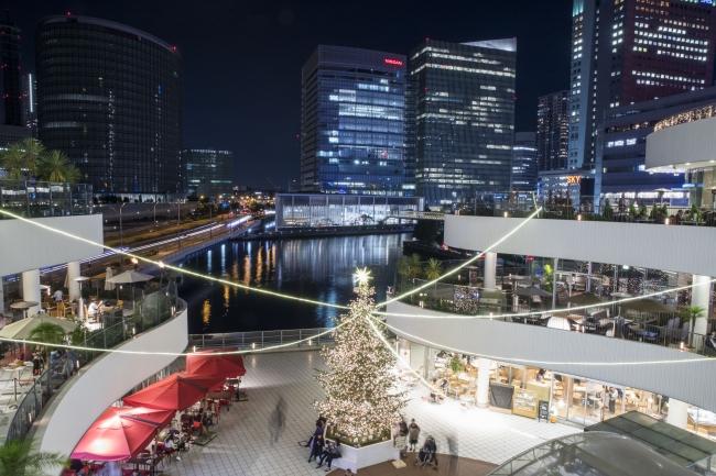 横浜ベイエリアの夜景とイルミネーションをバックに映画を上映