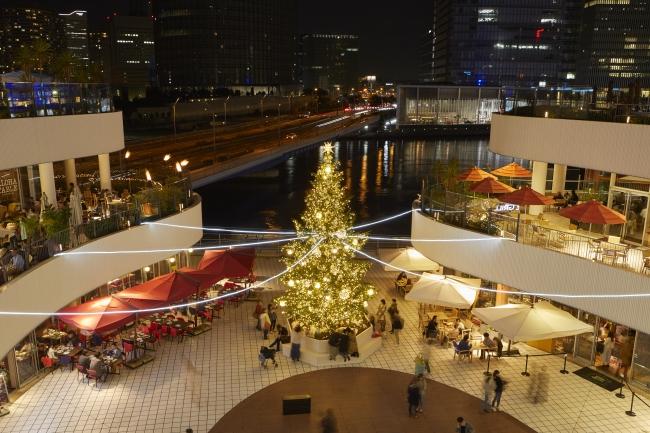 海辺に張り出した広場からは、ツリーとともに横浜の夜景が見られる(画像は昨年の様子)