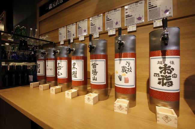 ふるまいやの「日本酒量り売り」は自分で好きな銘柄を詰めることができる