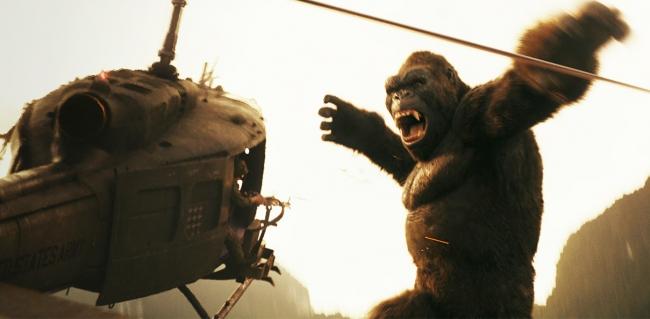 <VRキングコング> 特設のチェアに座り、映画『キングコング:髑髏島の巨神』の世界を体験